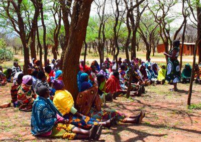 <em>Femme bénévole encourageant le changement dans la situation d'égalité hommes-femmes dans un village en Tanzanie</em>